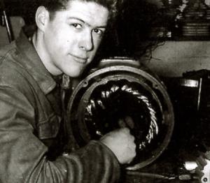 Over ons - 1962 - Julien herwikkelt een motor in zijn ouderlijk huis